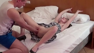 German Teen - SCHLANKE DEUTSCHE KARINA BEKOMMST FAUSTFICK UND SEX